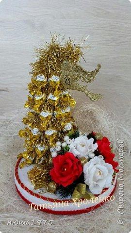 """Здравствуйте. Продолжаем готовиться к новому году.  Елка из конфет """"Золотая лилия """", в розах конфеты  """"Осенний вальс"""". фото 1"""