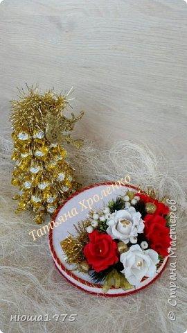 """Здравствуйте. Продолжаем готовиться к новому году.  Елка из конфет """"Золотая лилия """", в розах конфеты  """"Осенний вальс"""". фото 2"""