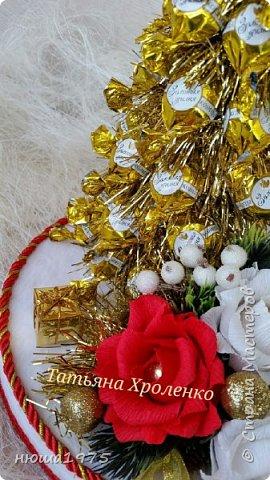 """Здравствуйте. Продолжаем готовиться к новому году.  Елка из конфет """"Золотая лилия """", в розах конфеты  """"Осенний вальс"""". фото 3"""