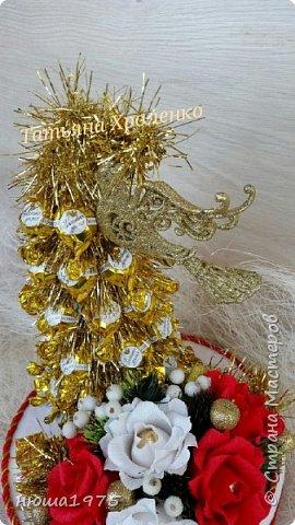"""Здравствуйте. Продолжаем готовиться к новому году.  Елка из конфет """"Золотая лилия """", в розах конфеты  """"Осенний вальс"""". фото 4"""