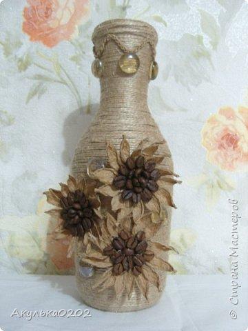 Из бутылки и шпагата получилась ваза, надеюсь маме завтра понравится. фото 2