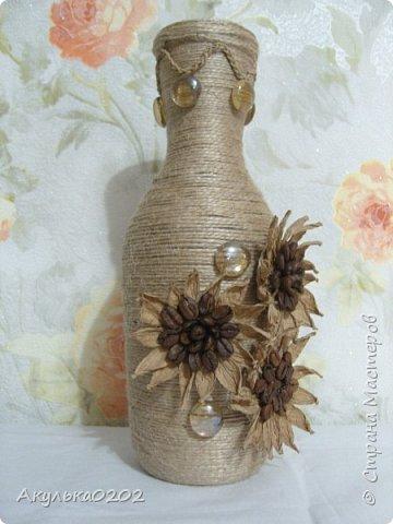 Из бутылки и шпагата получилась ваза, надеюсь маме завтра понравится. фото 3