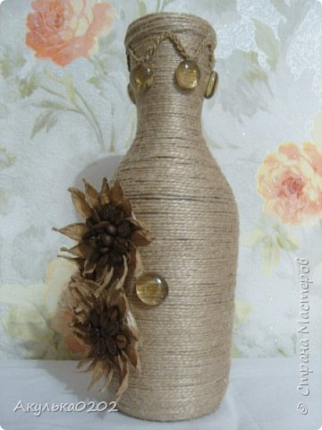 Из бутылки и шпагата получилась ваза, надеюсь маме завтра понравится. фото 4