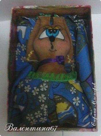 Гуляя по Стране Мастеров в поисках подарка для подруги, я увидела зайца-пакетницу. Очень уж он мне понравился. Сразу же полезла в свои закрома, нашла ткани. Распорола старую подушку, наконец-то и она пригодилась. Выкройку взяла у Olivia45 http://stranamasterov.ru/node/998170. И вот такая Зайчуша у меня получилась. Голову и лапки покрасила кофейно-ванильной краской. фото 2