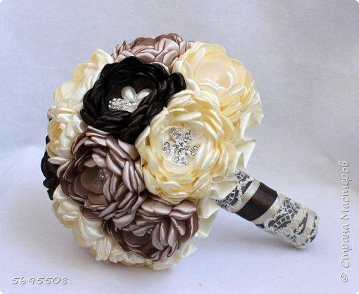 Брошь-букет из пионов из атласных лент, раскрытые пионы с брошкой в каждом цветке! фото 2