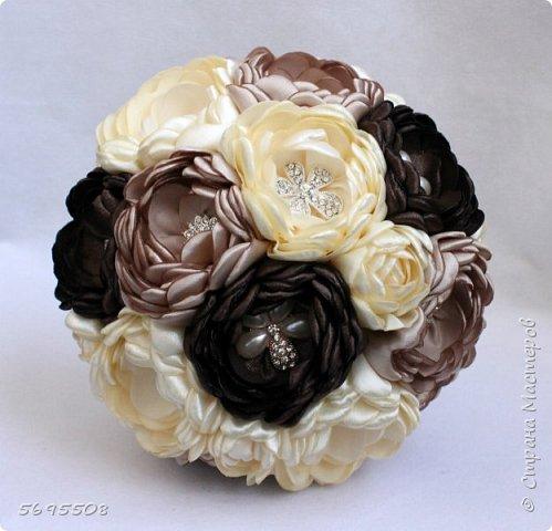 Брошь-букет из пионов из атласных лент, раскрытые пионы с брошкой в каждом цветке! фото 1
