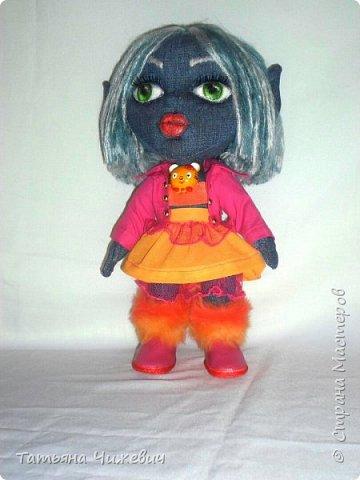 Решила попробовать сшить куклу из джинса.Высота 35 см ,ручки и ножки подвижные одежда и обувь снимается фото 1