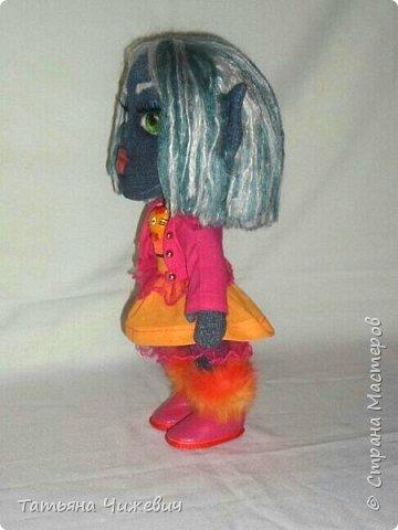 Решила попробовать сшить куклу из джинса.Высота 35 см ,ручки и ножки подвижные одежда и обувь снимается фото 4