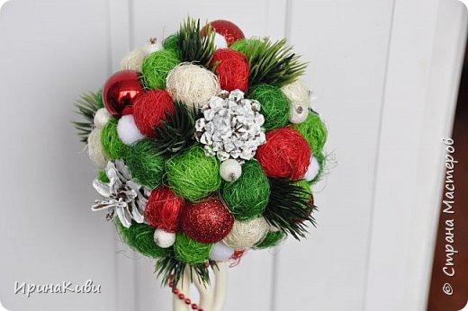 Покажу еще две новогодние работы. Новогодний топиарий в традиционных рождественских цветах: красный, зеленый и белый. Такое сочетание мне очень нравится - яркое и праздничное. фото 2