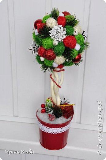 Покажу еще две новогодние работы. Новогодний топиарий в традиционных рождественских цветах: красный, зеленый и белый. Такое сочетание мне очень нравится - яркое и праздничное. фото 1