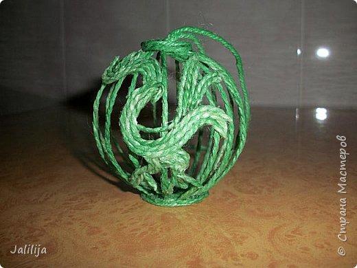 Приветствую всех, кто ко мне заглянул! Столько блестящих во всех смыслах ёлочных шариков уже изготовлено в Стране! Я сегодня предлагаю  вместе со мной сделать это украшение из шпагата. Вот такие шары. фото 25