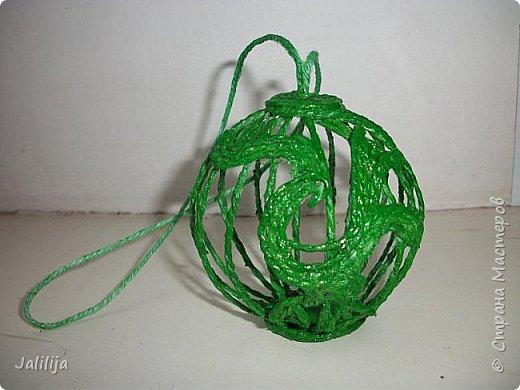 Приветствую всех, кто ко мне заглянул! Столько блестящих во всех смыслах ёлочных шариков уже изготовлено в Стране! Я сегодня предлагаю  вместе со мной сделать это украшение из шпагата. Вот такие шары. фото 26