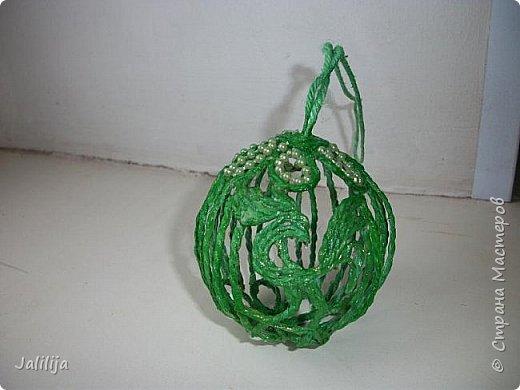 Приветствую всех, кто ко мне заглянул! Столько блестящих во всех смыслах ёлочных шариков уже изготовлено в Стране! Я сегодня предлагаю  вместе со мной сделать это украшение из шпагата. Вот такие шары. фото 34