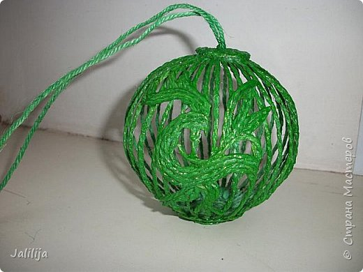 Приветствую всех, кто ко мне заглянул! Столько блестящих во всех смыслах ёлочных шариков уже изготовлено в Стране! Я сегодня предлагаю  вместе со мной сделать это украшение из шпагата. Вот такие шары. фото 35
