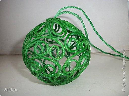 Приветствую всех, кто ко мне заглянул! Столько блестящих во всех смыслах ёлочных шариков уже изготовлено в Стране! Я сегодня предлагаю  вместе со мной сделать это украшение из шпагата. Вот такие шары. фото 39