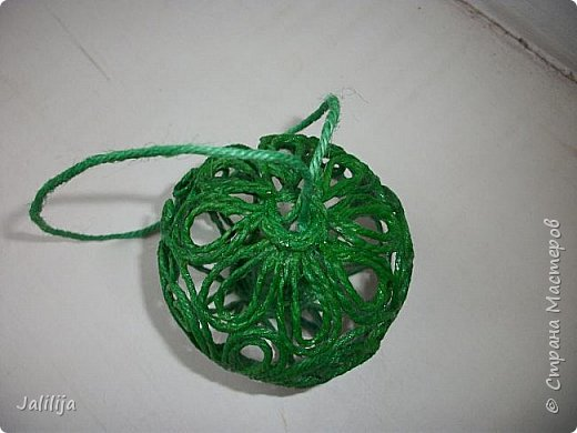 Приветствую всех, кто ко мне заглянул! Столько блестящих во всех смыслах ёлочных шариков уже изготовлено в Стране! Я сегодня предлагаю  вместе со мной сделать это украшение из шпагата. Вот такие шары. фото 40