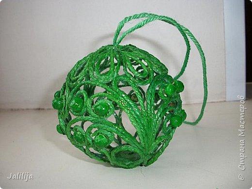 Приветствую всех, кто ко мне заглянул! Столько блестящих во всех смыслах ёлочных шариков уже изготовлено в Стране! Я сегодня предлагаю  вместе со мной сделать это украшение из шпагата. Вот такие шары. фото 41