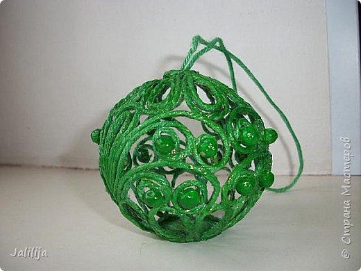 Приветствую всех, кто ко мне заглянул! Столько блестящих во всех смыслах ёлочных шариков уже изготовлено в Стране! Я сегодня предлагаю  вместе со мной сделать это украшение из шпагата. Вот такие шары. фото 42