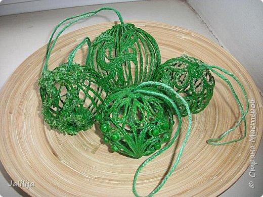 Приветствую всех, кто ко мне заглянул! Столько блестящих во всех смыслах ёлочных шариков уже изготовлено в Стране! Я сегодня предлагаю  вместе со мной сделать это украшение из шпагата. Вот такие шары. фото 44