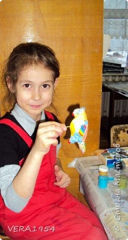 Добрый день, Страна! Каждый вечер с большим удовольствием любуюсь ватными игрушками, которые выкладывают девочки:Света, Оля, Эла и многие другие. Я в восторге от их поделок! Посмотрите и нашу елочку. Елочка наряжена ватными игрушками, сделанные детьми в возрасте 5-9 лет. фото 17