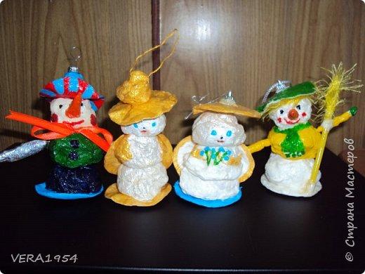 Добрый день, Страна! Каждый вечер с большим удовольствием любуюсь ватными игрушками, которые выкладывают девочки:Света, Оля, Эла и многие другие. Я в восторге от их поделок! Посмотрите и нашу елочку. Елочка наряжена ватными игрушками, сделанные детьми в возрасте 5-9 лет. фото 16