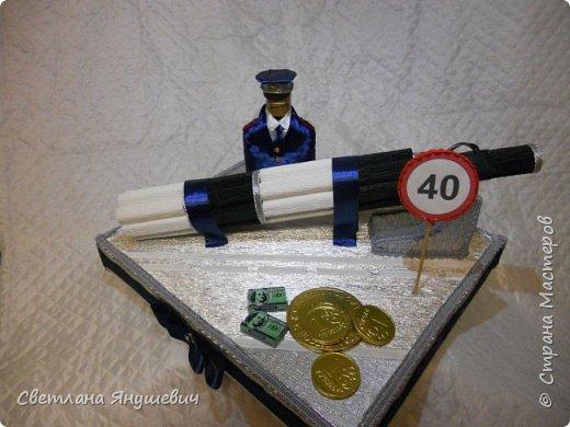 """Повтор моей прошлогодней работы. Не люблю повторы!!!  Композиция """"Мой генерал """"   В составе: 22 конфетки Бабаевские, 2 шоколадки Вдохновение, бытылка коньяка Старый Кенигсберг, 4 конфетки 10 грамм золота Атаг и 4 шоколадных монетки.  Не знаю для какого """"генерала"""" этот подарок, но очень надеюсь, что ему понравится!  фото 18"""