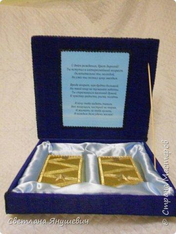 """Повтор моей прошлогодней работы. Не люблю повторы!!!  Композиция """"Мой генерал """"   В составе: 22 конфетки Бабаевские, 2 шоколадки Вдохновение, бытылка коньяка Старый Кенигсберг, 4 конфетки 10 грамм золота Атаг и 4 шоколадных монетки.  Не знаю для какого """"генерала"""" этот подарок, но очень надеюсь, что ему понравится!  фото 20"""