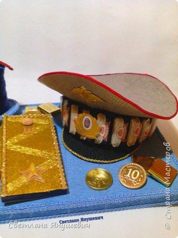 """Повтор моей прошлогодней работы. Не люблю повторы!!!  Композиция """"Мой генерал """"   В составе: 22 конфетки Бабаевские, 2 шоколадки Вдохновение, бытылка коньяка Старый Кенигсберг, 4 конфетки 10 грамм золота Атаг и 4 шоколадных монетки.  Не знаю для какого """"генерала"""" этот подарок, но очень надеюсь, что ему понравится!  фото 3"""
