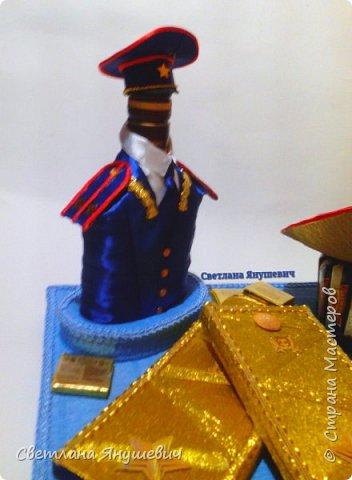 """Повтор моей прошлогодней работы. Не люблю повторы!!!  Композиция """"Мой генерал """"   В составе: 22 конфетки Бабаевские, 2 шоколадки Вдохновение, бытылка коньяка Старый Кенигсберг, 4 конфетки 10 грамм золота Атаг и 4 шоколадных монетки.  Не знаю для какого """"генерала"""" этот подарок, но очень надеюсь, что ему понравится!  фото 4"""