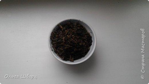 Привет. Страна!!  Уже третий год заготавливаю иван-чай. И не просто его сушу, а делаю чай копорский. Сразу скажу, что это совместный труд с моей подругой и коллегой по работе. Собирали, экспериментировали. Результаты обсудили,еще пару раз провели пробные сушки. И вот родился такой рецепт.   Собирали листья в начале и во время цветения.Перебрали от грубых включений, испорченных листов и порчих инородных включений. Какое-то кол-во цветков допускается. Листья поместили в мешок и в морозилку, на ночь, можно больше. Использовать по мере надобности и свободного времени. Вытащили- разморозили часа 2-3 и крутили между ладонями колбаски до появления сока. Рекомендуем надеть перчатки.Колбаски складываем в ведро, тазик или какую емкость довольно плотно.Накрыли полотенцем. Дальше очень важный момент- время ферментации.  Цвет и аромат, полученного чая зависит от времени выдержки. Максимальное время около суток- будет черный. Если начать сушить чай часов через 12- будет зеленый. Из ведра достали, колбаски растрясли, чтоб опять листики получились. Правильно ферментированный чай имеет аромат лесных ягод. Поместили на противень.Сушим при температуре 100-110 градусов, приоткрыв дверцу духовки. Сушим пока не высохнет, перемешивая. Даем остыть прямо на противне, потом в тканевый мешок на пару недель, для выравнивания влажности. Периодически перемешивать. Затем чай  помещаем в тару для хранения. Аромат нашего чая раскроется через пару месяцев..   фото 2