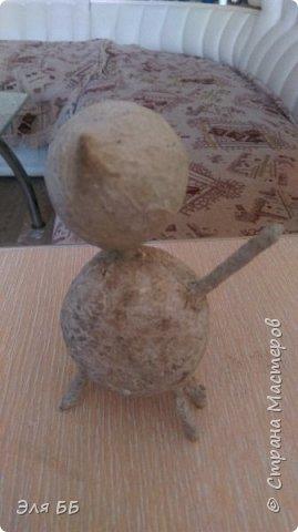 Посмотрев мастер - класс Лианы я решила сделать себе такие игрушки. Спасибо огромное Лиане за ее мастер-класс   http://stranamasterov.ru/node/754719 Взяла я яички от киндеров и начался процесс, нашла в своем загашнике теннисный шарик, обломок от погремушки и решила сделать котейку! В начале процесса увлеклась и забыла сфоткать. На данном фото видно, что котейку я облепила массой папье- маше. Голову оклеила изначально туалетной бумагой фото 5