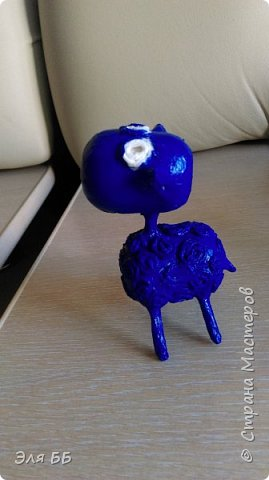 Посмотрев мастер - класс Лианы я решила сделать себе такие игрушки. Спасибо огромное Лиане за ее мастер-класс   http://stranamasterov.ru/node/754719 Взяла я яички от киндеров и начался процесс, нашла в своем загашнике теннисный шарик, обломок от погремушки и решила сделать котейку! В начале процесса увлеклась и забыла сфоткать. На данном фото видно, что котейку я облепила массой папье- маше. Голову оклеила изначально туалетной бумагой фото 11