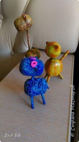 Посмотрев мастер - класс Лианы я решила сделать себе такие игрушки. Спасибо огромное Лиане за ее мастер-класс   http://stranamasterov.ru/node/754719 Взяла я яички от киндеров и начался процесс, нашла в своем загашнике теннисный шарик, обломок от погремушки и решила сделать котейку! В начале процесса увлеклась и забыла сфоткать. На данном фото видно, что котейку я облепила массой папье- маше. Голову оклеила изначально туалетной бумагой фото 12