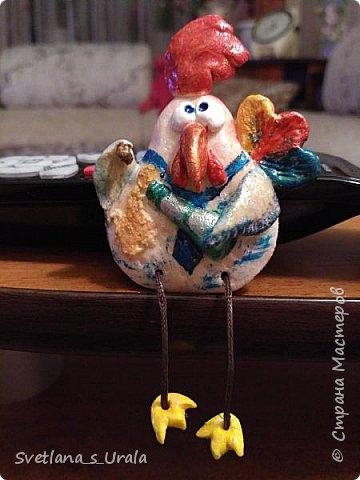 Всем привет! Стало хорошей традицией делать своими руками символы Нового года и дарить их близким, друзьям и знакомым. Прошлые года мы делали символы из ткани - лошадки, овечки, обезьянки. А в этом году решила слепить из теста - попался на глаза МК Ольги Родионовой по изготовлению соленого теста, и понеслось...!!! Ниже фото первой волны магнитов.  фото 9