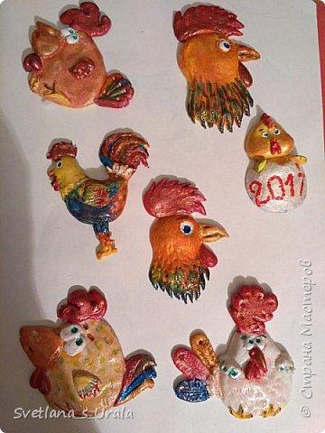 Всем привет! Стало хорошей традицией делать своими руками символы Нового года и дарить их близким, друзьям и знакомым. Прошлые года мы делали символы из ткани - лошадки, овечки, обезьянки. А в этом году решила слепить из теста - попался на глаза МК Ольги Родионовой по изготовлению соленого теста, и понеслось...!!! Ниже фото первой волны магнитов.  фото 5