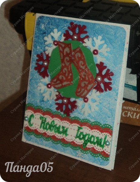 """Здравствуйте все,заглянувшие ко мне! Так как у нас выпал снег,начинаю и я потихоньку готовиться к Новому году! Натворились у меня три открыточки. Первая,с веночком. Использовала декоративную мини мишуру,внутри у неё проволока,накрутила на шпажку спиралькой.Получилось пышно. """"Шарики"""" - белые бусины. И красная ленточка. фото 5"""
