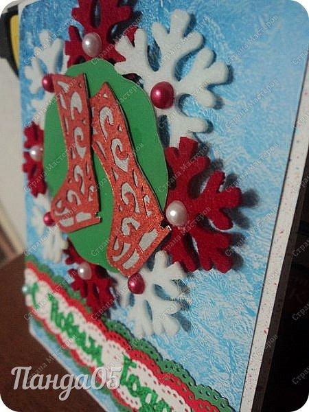 """Здравствуйте все,заглянувшие ко мне! Так как у нас выпал снег,начинаю и я потихоньку готовиться к Новому году! Натворились у меня три открыточки. Первая,с веночком. Использовала декоративную мини мишуру,внутри у неё проволока,накрутила на шпажку спиралькой.Получилось пышно. """"Шарики"""" - белые бусины. И красная ленточка. фото 7"""