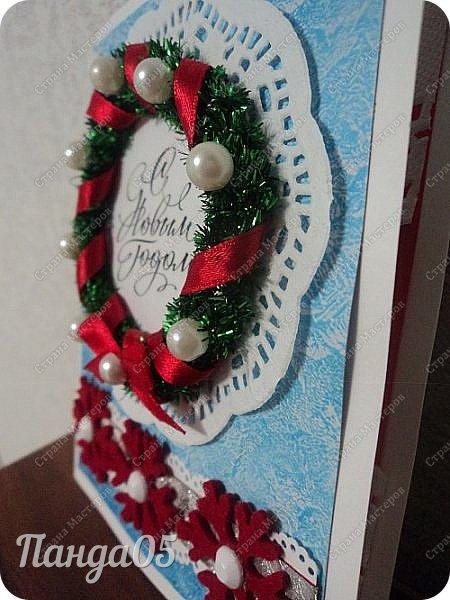 """Здравствуйте все,заглянувшие ко мне! Так как у нас выпал снег,начинаю и я потихоньку готовиться к Новому году! Натворились у меня три открыточки. Первая,с веночком. Использовала декоративную мини мишуру,внутри у неё проволока,накрутила на шпажку спиралькой.Получилось пышно. """"Шарики"""" - белые бусины. И красная ленточка. фото 2"""