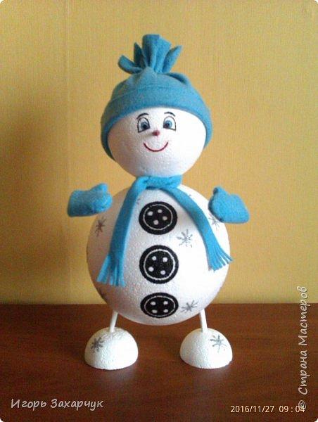 """Новогодний сувенир """"Снеговик"""" из пенопластовых шариков. Высота: 30 см. фото 5"""