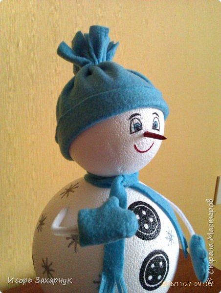 """Новогодний сувенир """"Снеговик"""" из пенопластовых шариков. Высота: 30 см. фото 2"""