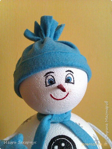 """Новогодний сувенир """"Снеговик"""" из пенопластовых шариков. Высота: 30 см. фото 3"""