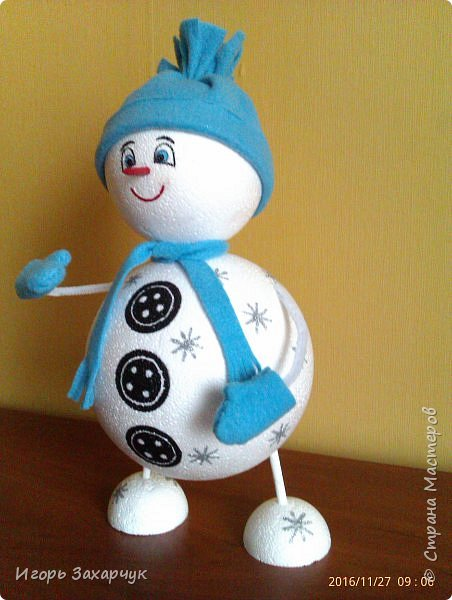 """Новогодний сувенир """"Снеговик"""" из пенопластовых шариков. Высота: 30 см. фото 4"""