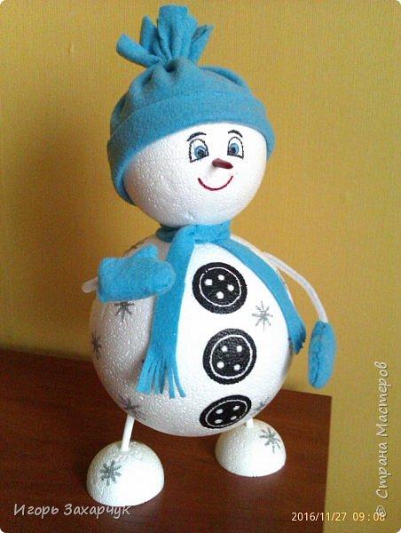 """Новогодний сувенир """"Снеговик"""" из пенопластовых шариков. Высота: 30 см. фото 1"""