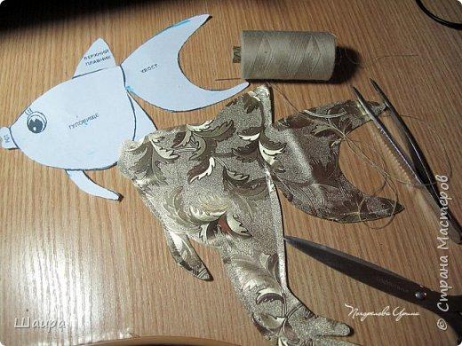 В продолжение темы елочных игрушек на городскую елку http://stranamasterov.ru/node/1061551. Олень выполнен из золотистой клеенки. Рога у оленя из серебристой клеенки. Глазки полубусины. Игрушка 30 см. Может стоять. фото 8