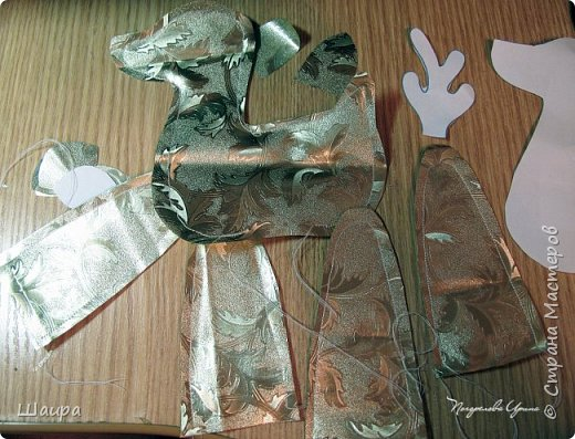 В продолжение темы елочных игрушек на городскую елку http://stranamasterov.ru/node/1061551. Олень выполнен из золотистой клеенки. Рога у оленя из серебристой клеенки. Глазки полубусины. Игрушка 30 см. Может стоять. фото 3
