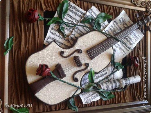 Многие сдесь учились на работах Валентины, и я не исключение. Ее скрипки выше всяких похвал.  Я долго собиралась, все не было подходящих материалов.  Наконец,  мне досталась отличная светлая мебельная кожа и я взялась... Картина подарок куме - музыканту. фото 3