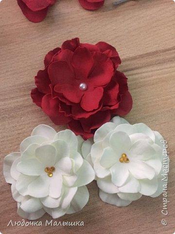 Цветы с конфетками из креп бумаги, корзинка из трубочек.  фото 3