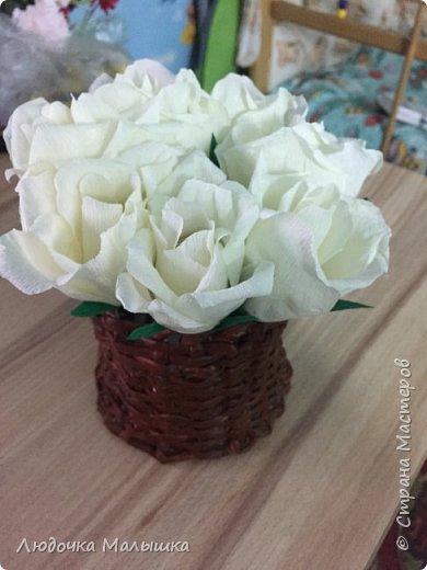 Цветы с конфетками из креп бумаги, корзинка из трубочек.  фото 1