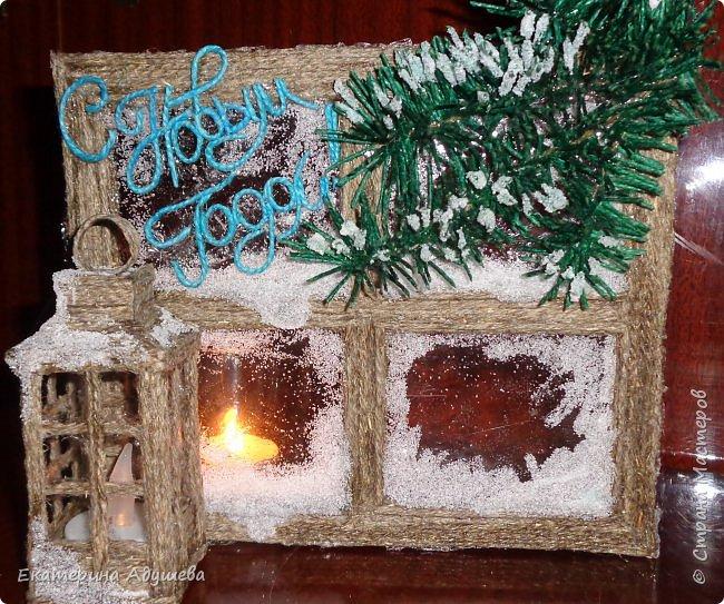 Здравствуйте мастера и мастерицы и гости страницы. Хочу  предоставить Вам и Вашему вниманию еще одну мою работу. много раз я натыкалась в интернете на картинки и открытки замороженных окон. И решила тоже сделать что-то подобное.)))   Новогоднее окно со свечой . Можно использовать как открытка ,сувенир или просто подарок. Выполнено из джутового шпагата, имитация замороженных  окон выполнены из клея.свеча декоративная. фото 2