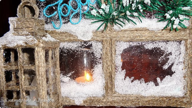 Здравствуйте мастера и мастерицы и гости страницы. Хочу  предоставить Вам и Вашему вниманию еще одну мою работу. много раз я натыкалась в интернете на картинки и открытки замороженных окон. И решила тоже сделать что-то подобное.)))   Новогоднее окно со свечой . Можно использовать как открытка ,сувенир или просто подарок. Выполнено из джутового шпагата, имитация замороженных  окон выполнены из клея.свеча декоративная. фото 3